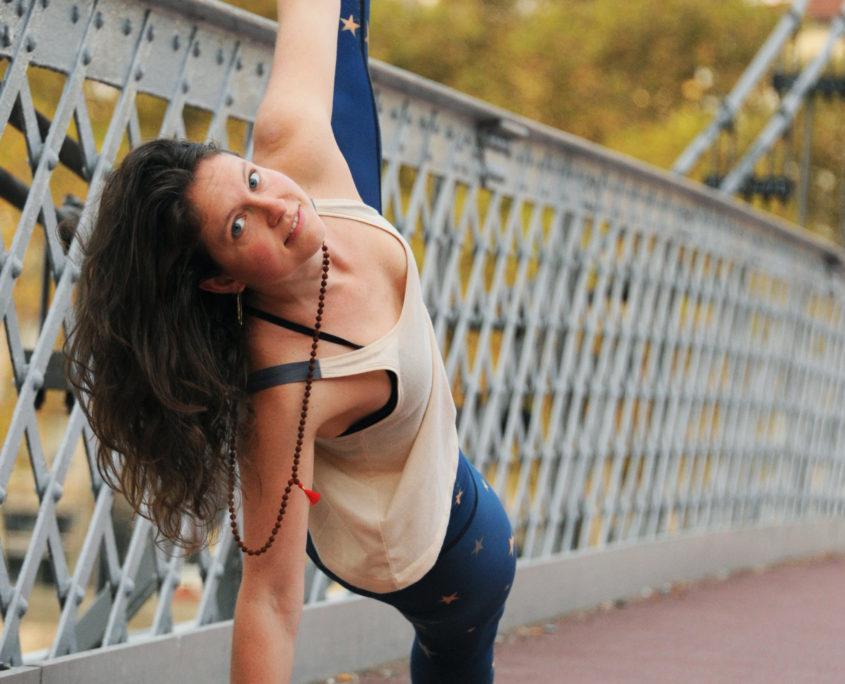 Rose Debouverie en posture de Yoga Vashistasana sur passerelle de Lyon